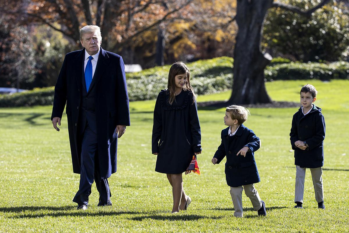 美國大選的僵局,面臨突破。特朗普總統似乎採用了四面出擊的雙重戰略。圖為特朗普和他的孫輩11月29日從戴維營返回白宮。(Tasos Katopodis/Getty Images)