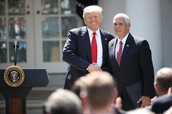 2017年6月1日,特朗普和彭斯在宣佈美國退出巴黎協議的新聞會上。(Win McNamee/Getty Images)