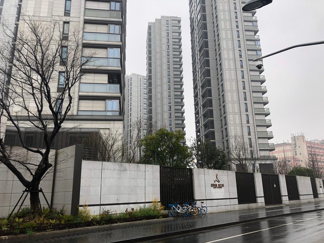 上海虹口區小區街頭空無一人。(大紀元)