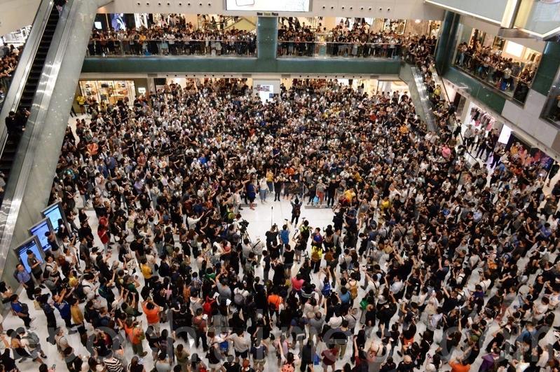 2019年9月11日,香港市民在沙田新城市廣場齊唱《願榮光歸香港》。(黃曉翔/大紀元)
