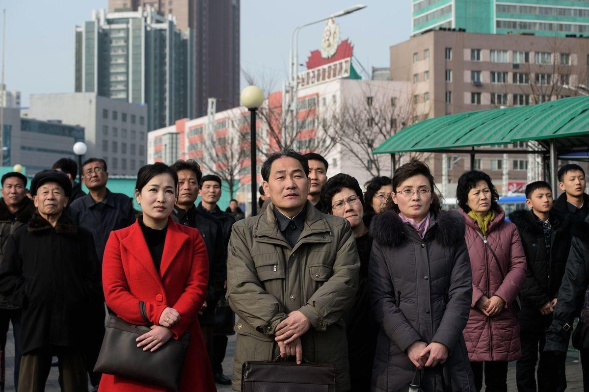 自由亞洲電台援引消息說,北韓當局在3月公開處決兩名女性算命師,並強迫數萬名民眾觀看。圖為2019年2月27日,平壤居民在觀看戶外的電視新聞報道。(KIM WON JIN/AFP/Getty Images)