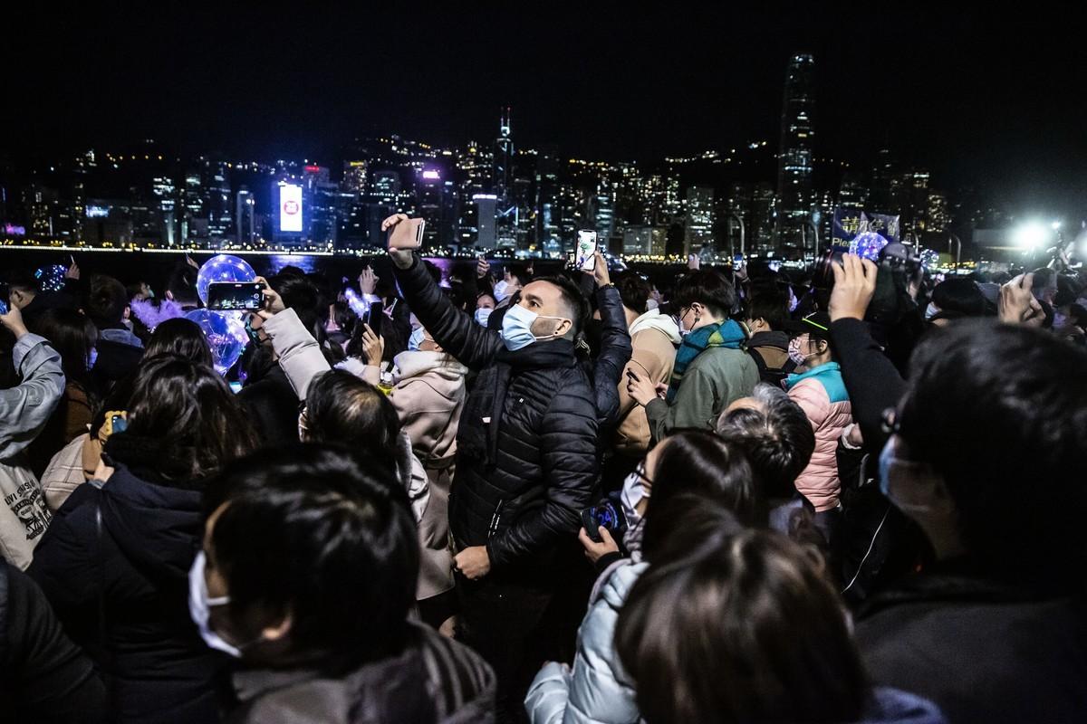香港沒有了新年煙火,但人們仍在2021年1月1日來臨之際,聚集在香港維多利亞港水邊一起慶祝新年。(Isaac Lawrence/AFP via Getty Images)