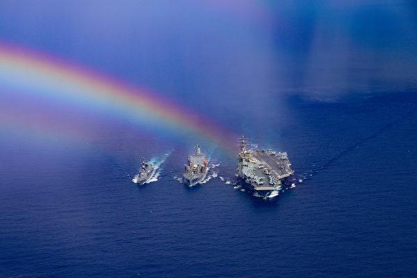 2020年8月16日,列根號航母與日本驅逐艦鹿口號(DD 107)在菲律賓海聯合演練,展示60年的聯盟合作。(美國印太司令部)