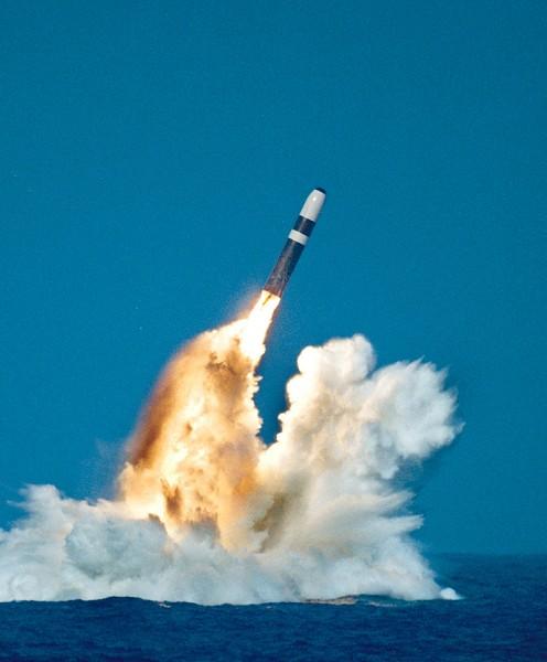 圖為美國俄亥俄級潛艇在演習時,由海中發射的戰略核武導彈。(Getty Images)