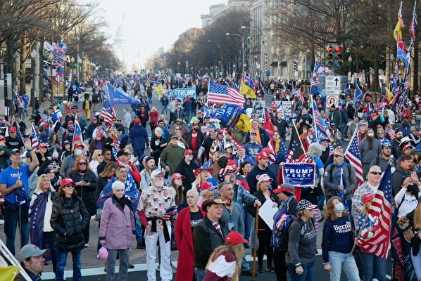 12月12日,數十萬來自美國各州的民眾聚集首都華盛頓DC,舉行盛大集會和遊行,要求「停止竊選(Stop The Steal)」,力挺特朗普總統。圖為支持者在自由廣場旁觀看集會直播。(李辰/大紀元)