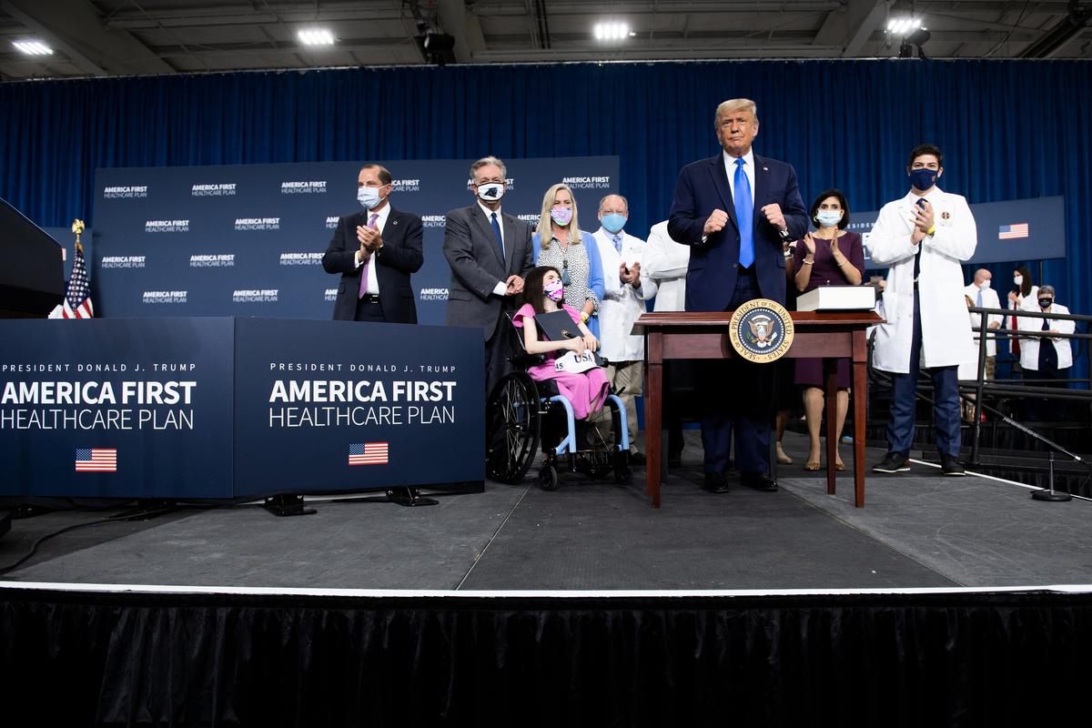 2020年9月24日,美國總統特朗普提出了自己的醫療保健願景「美國優先醫療計劃」,並表示將為參加老年人和殘疾人醫療保險計劃的美國人提供200美元的處方藥折扣卡,將惠及3,300萬人。(Brendan Smialowski/AFP)
