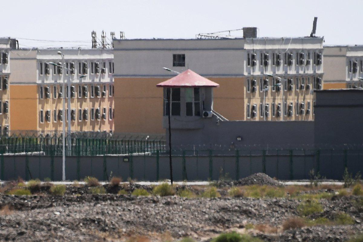 位於新疆喀什以北阿圖克斯市的職業技能教育培訓服務中心,據信這是一個再教育營,其中大部份被關押者為穆斯林少數民族。該照片攝於2019年6月2日。(GREG BAKER/AFP via Getty Images)