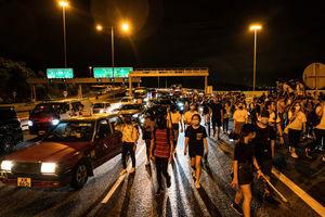 抗議者步行撤離 數百私家車發起義載救援