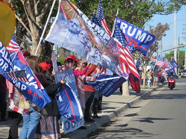 11月9日,居民在橙縣選舉中心集會,要求重新計算加州選票。(李梅/大紀元)