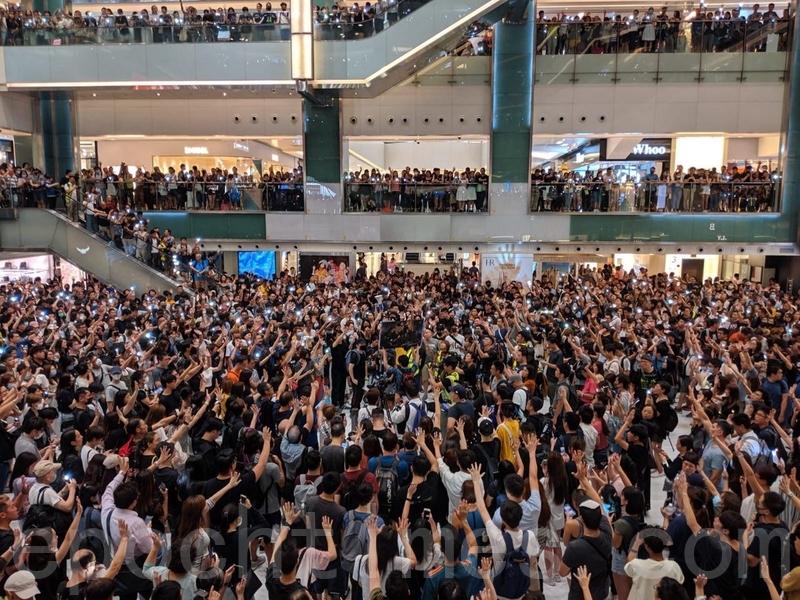 2019年9月11日,香港市民在沙田新城市廣場齊唱《願榮光歸香港》,市民抬起手臂,展開手掌,代表五大訴求缺一不可。(黃曉翔/大紀元)