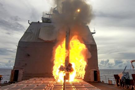 2020年9月20日,在英勇盾演習中,提康德羅加級巡洋艦安提坦號(CG 54)發射了戰斧對地攻擊巡航導彈(TLAM),目標是關島附近的一座無人島嶼。(美國海軍圖片)
