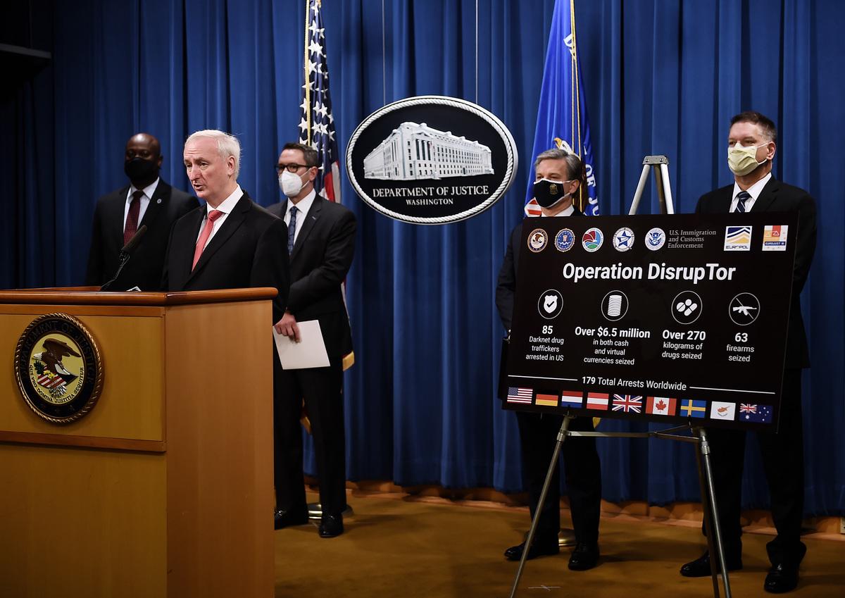 2020年9月22日,美國司法部副部長傑弗里·羅森(Jeffrey Rosen)宣佈打擊暗網販毒行動的結果。(Olivier DOULIERY/POOL/AFP)
