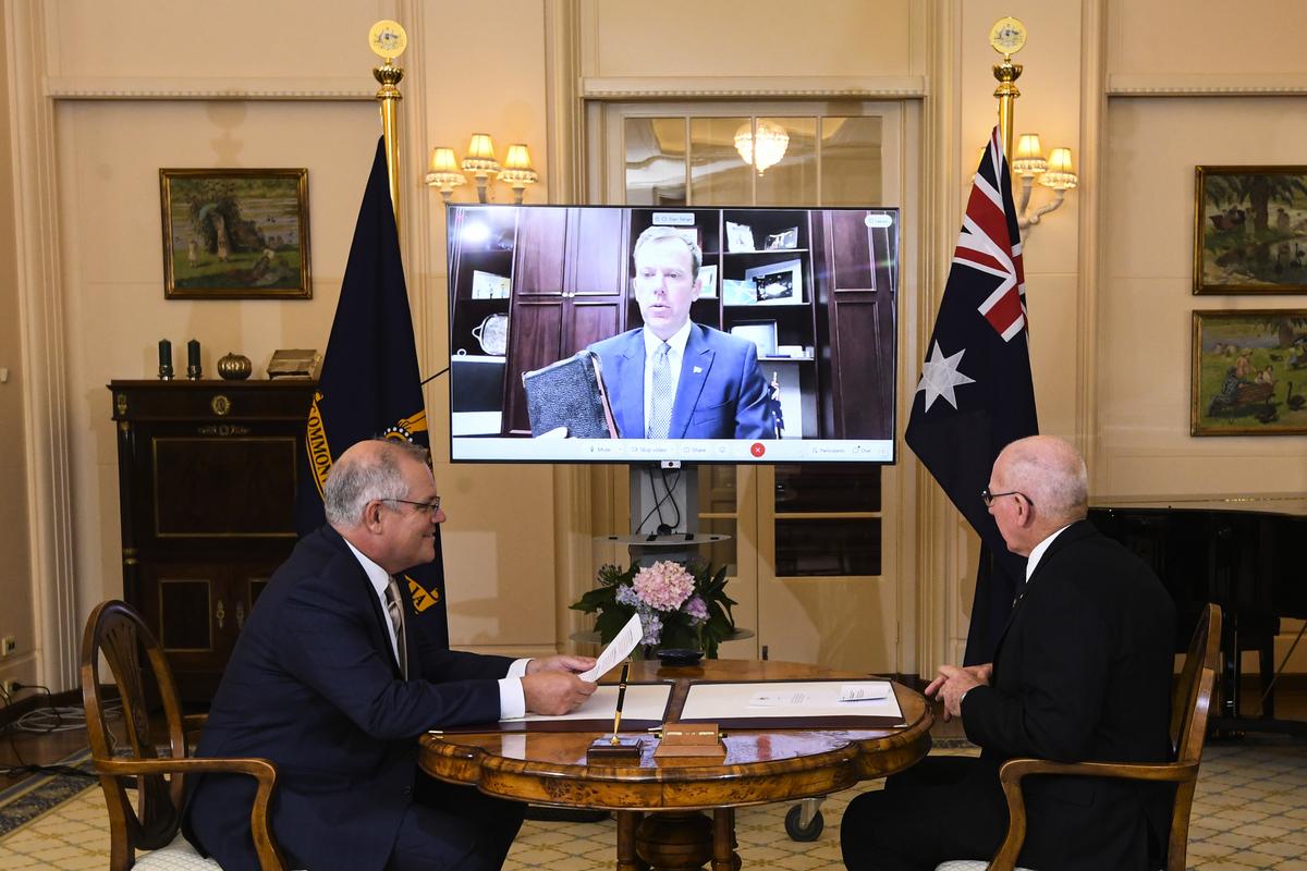 2020年12月22日,泰安(Dan Tehan)通過影片連線宣誓就任澳洲貿易部長,澳洲總理莫里森(左)和總督赫利(右)出席了宣誓儀式。(Lukas Coch-Pool/Getty Images)