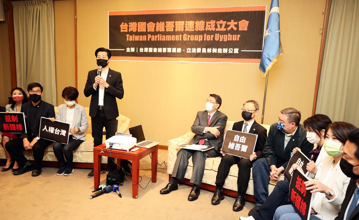 立委林昶佐(左4)23日在立法院成立「台灣國會維吾爾連線」。(中央社)