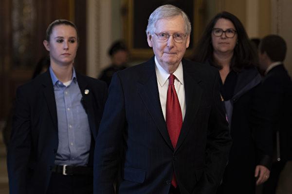 圖為美國參議院多數黨領袖米奇·麥康奈爾(Mitch McConnell)(中)。(Jim WATSON/AFP)