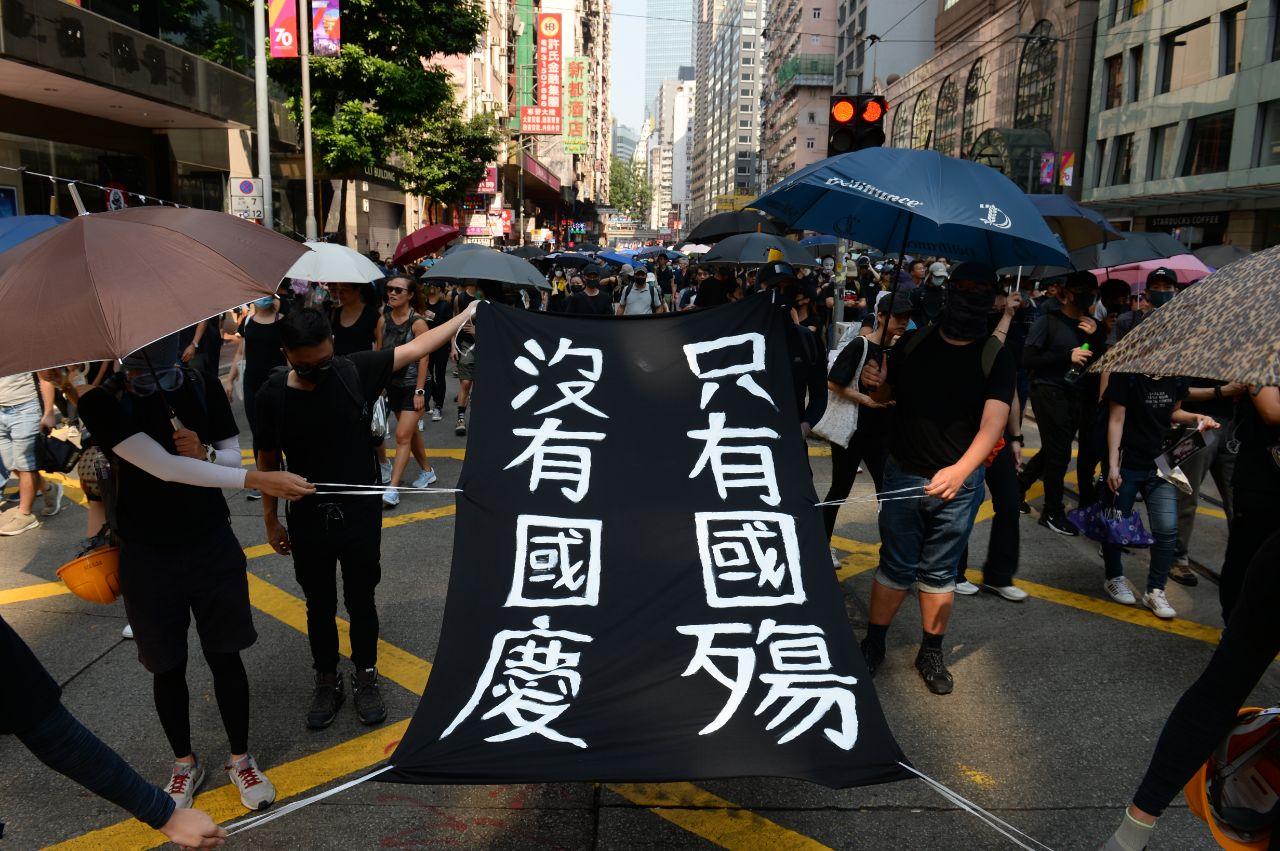 10月1曰,香港銅鑼灣軒尼詩道,參加遊行民眾自製「沒有國慶 只有國殤」的標語。(宋碧龍/大紀元)