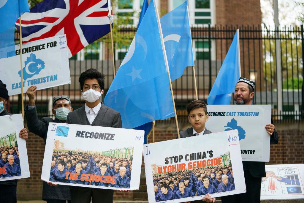 2021年4月16日,於美國首都華盛頓,在英國下議院就是否宣布中國新疆正在發生種族滅絕行為進行投票之前,東突厥斯坦國民族覺醒運動(ETNAM)的支持者在英國駐美大使館前集會。(Drew Angerer/Getty Images)