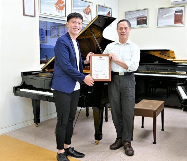 陳清流與鋼琴演奏家蔡銘澔,一起分享鋼琴加裝專利新裝置達到的絕佳效果。(鄧玫玲/大紀元)
