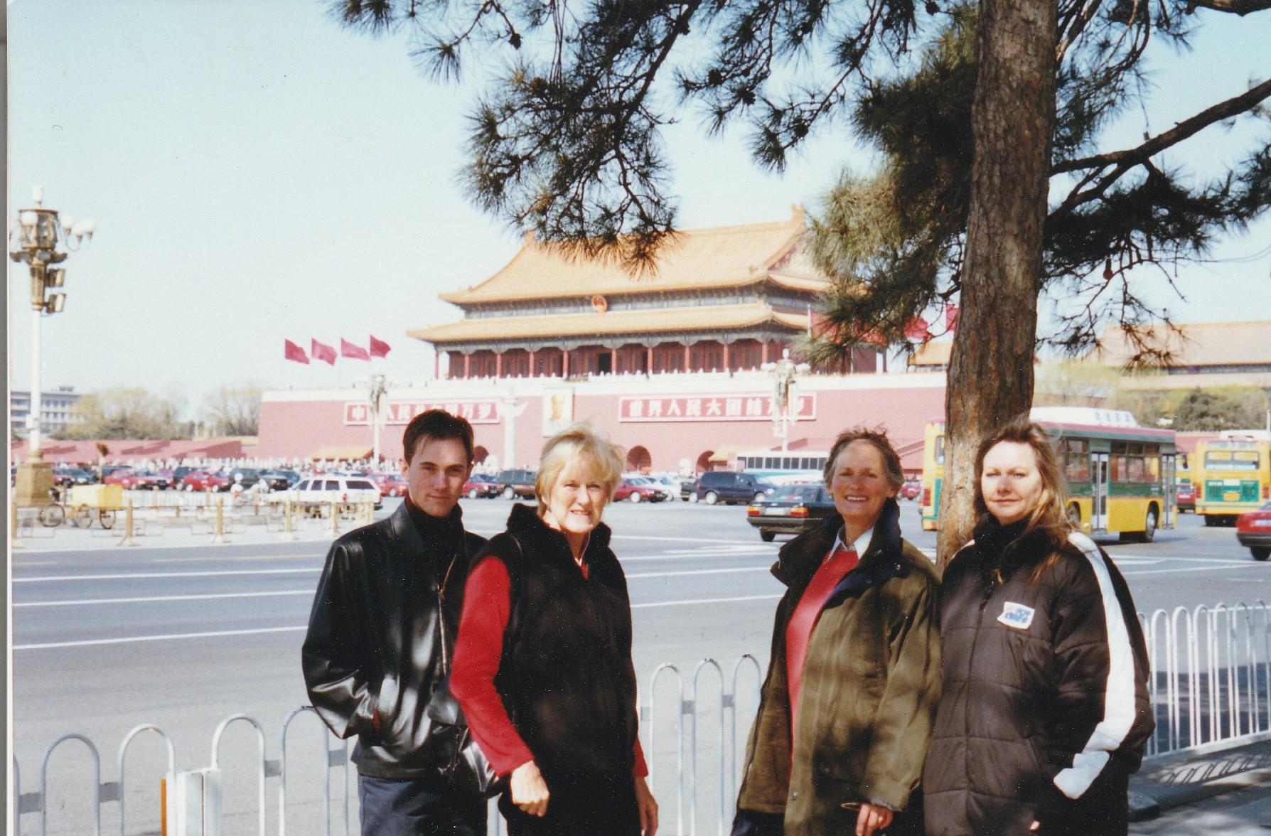 2002年3月7日,參與和平請願的部份澳洲法輪功學員在天安門廣場前合照留念,左起分別為Stuart Martin、Jan Becker、Rivati和Denice Johnson。(Denice Johnson提供)