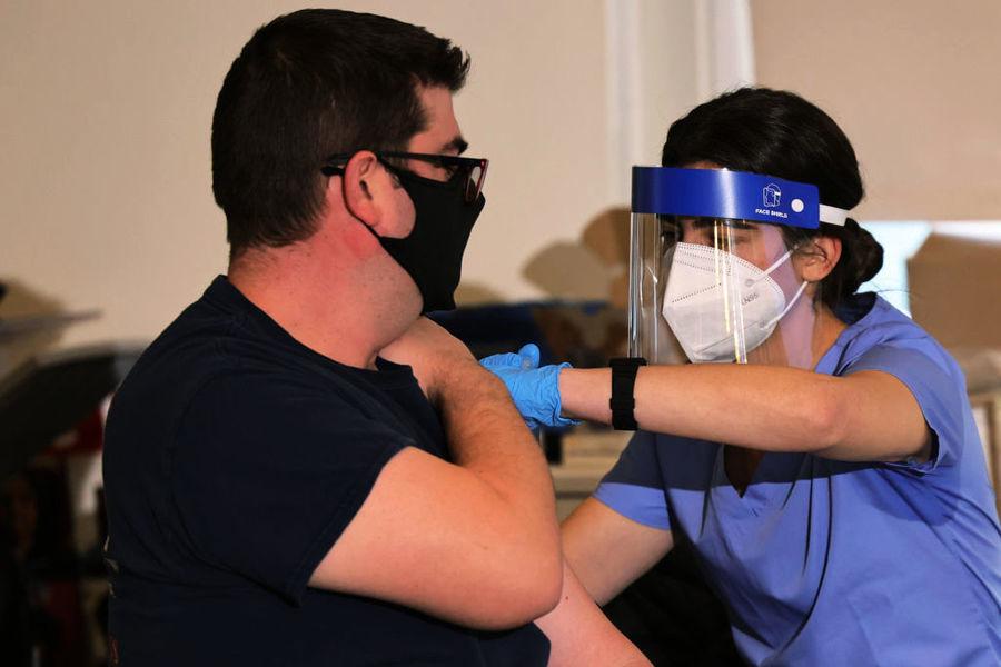接種疫苗後死亡及不良反應案增 加州護士拒打