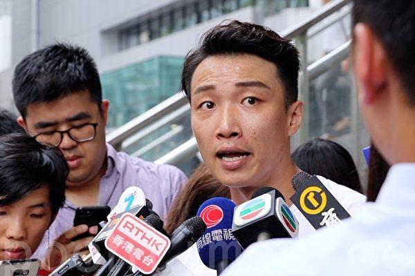 7月17日,香港民陣再次舉行「反送中」遊行,由維園遊行至中環終審法院,今次主題為爭取成立獨立調查委員會,調查修例風波中的暴力事件。圖為民陣召集人岑子杰(中)。(大紀元)