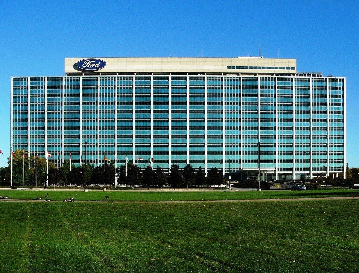 圖為位於美國密歇根州迪爾伯恩市的福特世界總部大樓,也稱為玻璃屋。(維基百科)