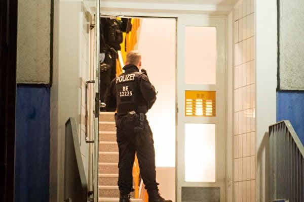 2020年1月14日,德國警察進入柏林Marzahn-Hellersdorf區一棟居民樓,進行突襲。(Photo by Dennis BRAETSCH / DPA / AFP)