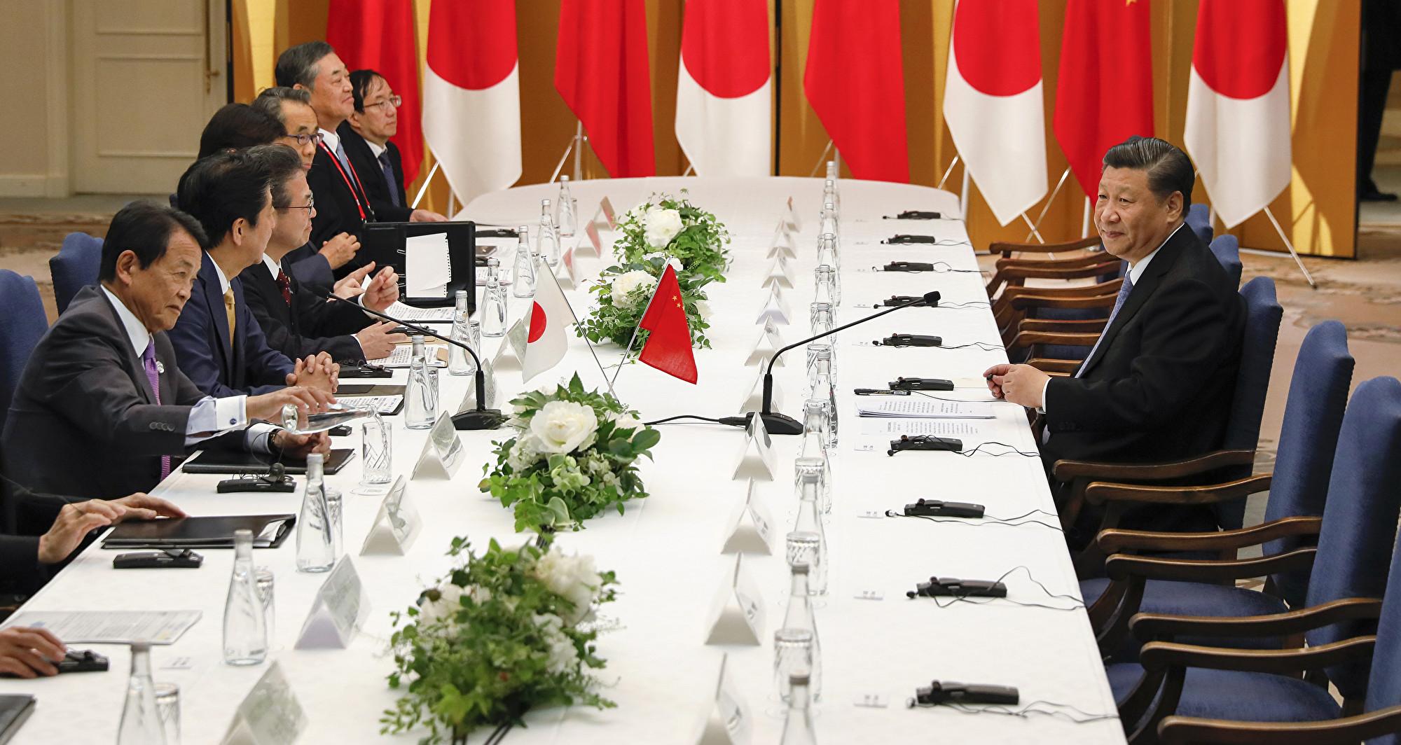 G20峰會期間,習近平與安倍晉三6月27日晚會面,重演「孤獨戰士」的場面。(Kimimasa MAYAMA/various sources/AFP)