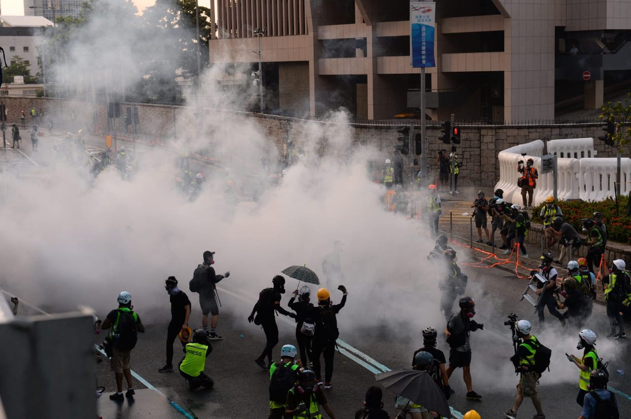 2019年9月15日,香港金鐘政府總部,警察連續發射催淚彈。(宋碧龍/大紀元)