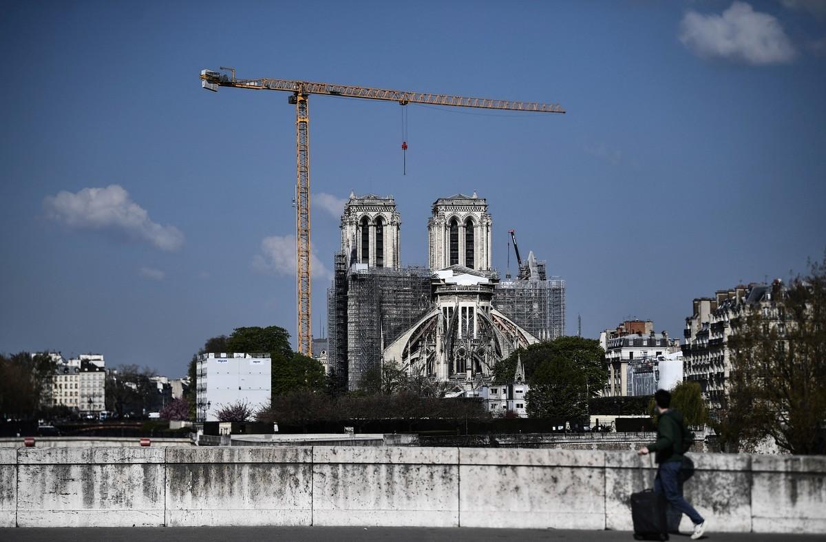 2021年4月14日,法國巴黎,兩年前巴黎聖母院(Notre-Dame de Paris)遭大火燒燬部份建築,目前仍在進行修復。(ANNE-CHRISTINE POUJOULAT/AFP via Getty Images)