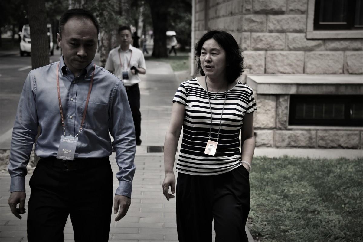 中共外交部發言人華春瑩(右)資料圖。(LEO RAMIREZ/AFP via Getty Images)