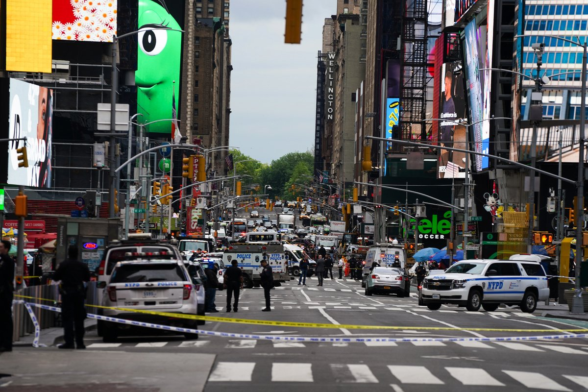 紐約曼哈頓時代廣場2021年5月8日下午5點發生一起槍擊案,造成三人受傷,包括兩名婦女和一位幼童受傷,凶手在逃。(David Dee Delgado/Getty Images)