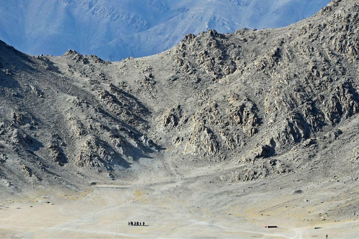 印度北方邦10個小孩想要沿著公路走到邊境去修理中共士兵。圖為2020年6月25日,印度士兵在拉達克(Ladakh)的山麓丘陵上行進。(TAUSEEF MUSTAFA/AFP via Getty Images)