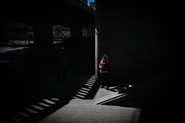 中共為每個中國人打造一座心獄,由謊言所編織。要突破這座70年的心獄,唯有把真實穿入被謊言囚禁的神州大地,猶如一柱光射入黑暗的密室。圖為2020年3月19日北京街頭。(WANG ZHAO/AFP)