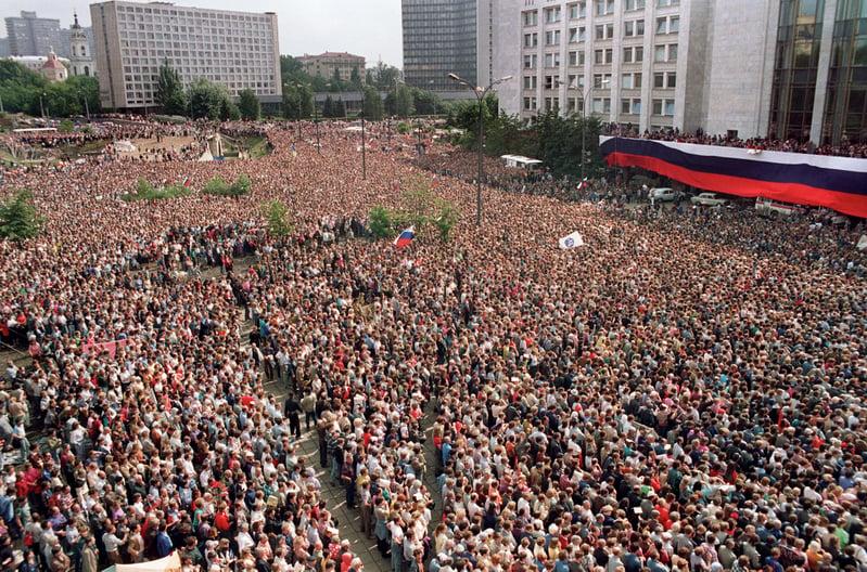 圖為1991年8月22日,約有100萬名俄羅斯聯邦總統葉利欽支持者在莫斯科慶祝為期三天的保守派政變被推翻。(DIMA KOROTAYEV / AFP)