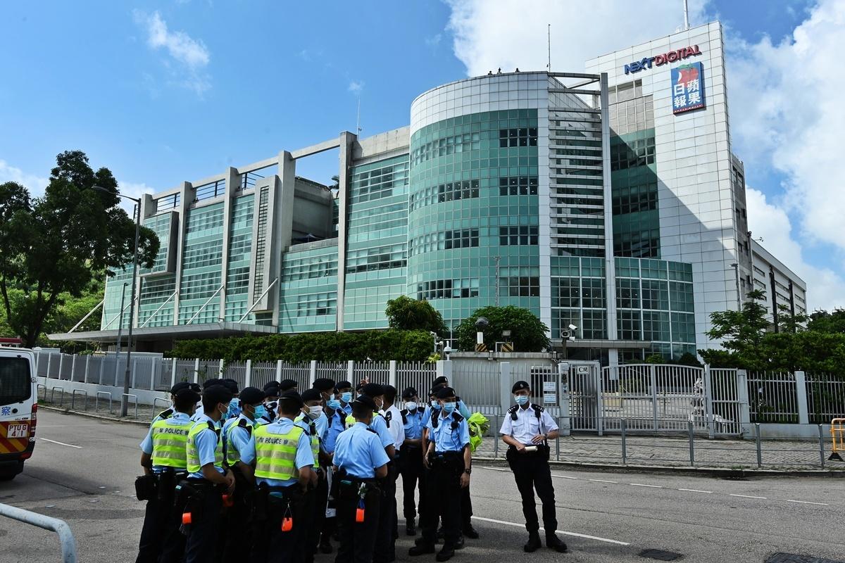 2021年6月17日上午7時左右,大批警車前往位於將軍澳的《蘋果日報》大樓,超過百名港警進入大樓搜查並封鎖各出入口。(宋碧龍/大紀元)