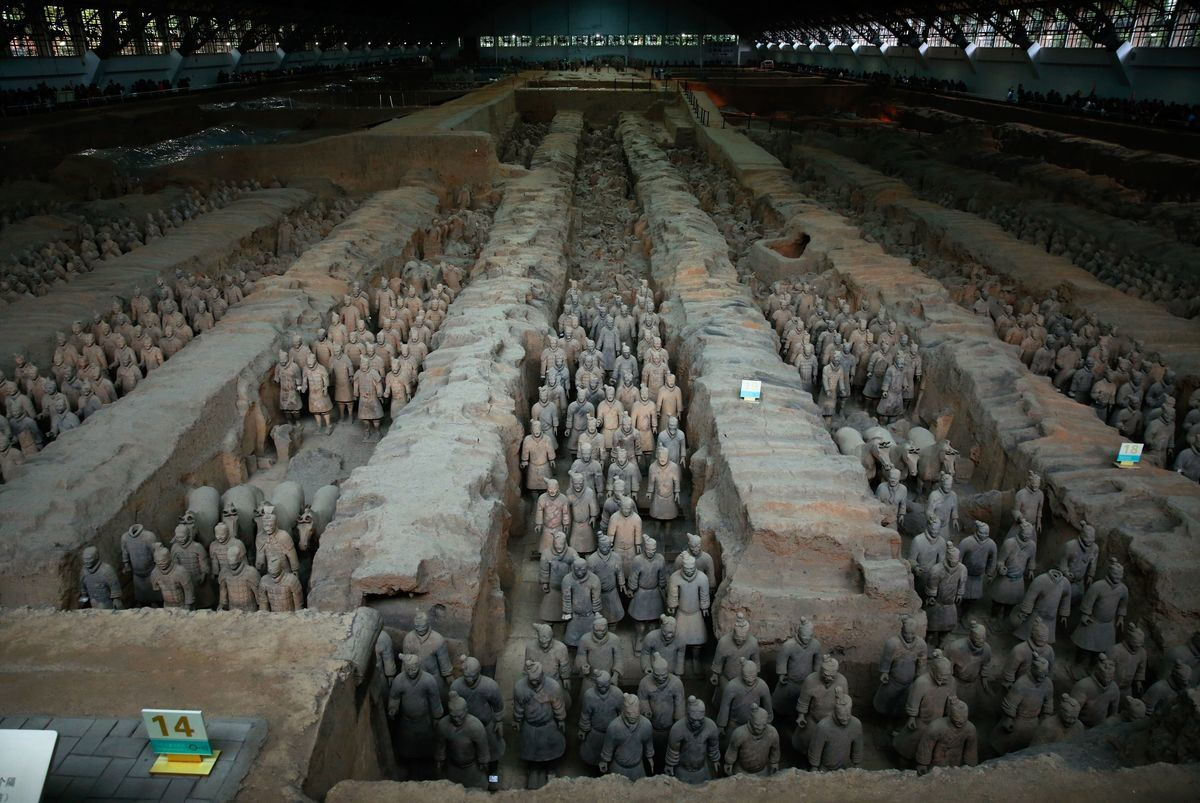圖為2016年10月21日展示的陝西省西安市的秦始皇陵中的兵馬俑。1976年,陵墓被打開後,兵馬俑上的色彩很快消失,至今無法真正復原。(Benjamin Carlson STR/AFP via Getty Images)