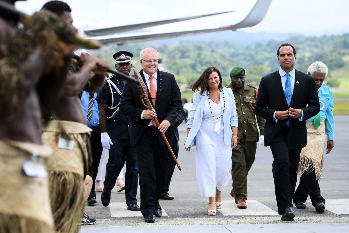 澳洲總理莫里森和太太周三抵達太平洋島國瓦努阿圖,進行國事訪問。(AAP/Dan Himbrechts)