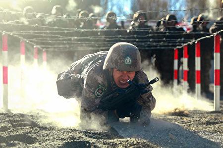 2021年1月4日,一名中國人民解放軍士兵在中國西北部新疆地區的帕米爾山地參加軍事訓練。 (STR/AFP via Getty Images)
