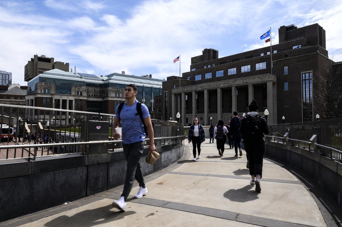 2019年4月9日,一名行人在明尼蘇達大學校園內步行。該大學於2019年關閉了校內的孔子學院。(Stephen Maturen/Getty Images)