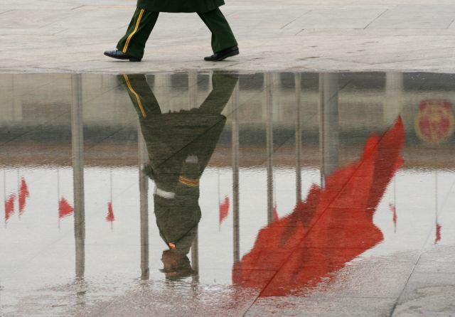 獨裁國家一旦崛起,將是人類的災難。圖為中國北京天安門前的一名警察。( Mark RALSTON/AFP)
