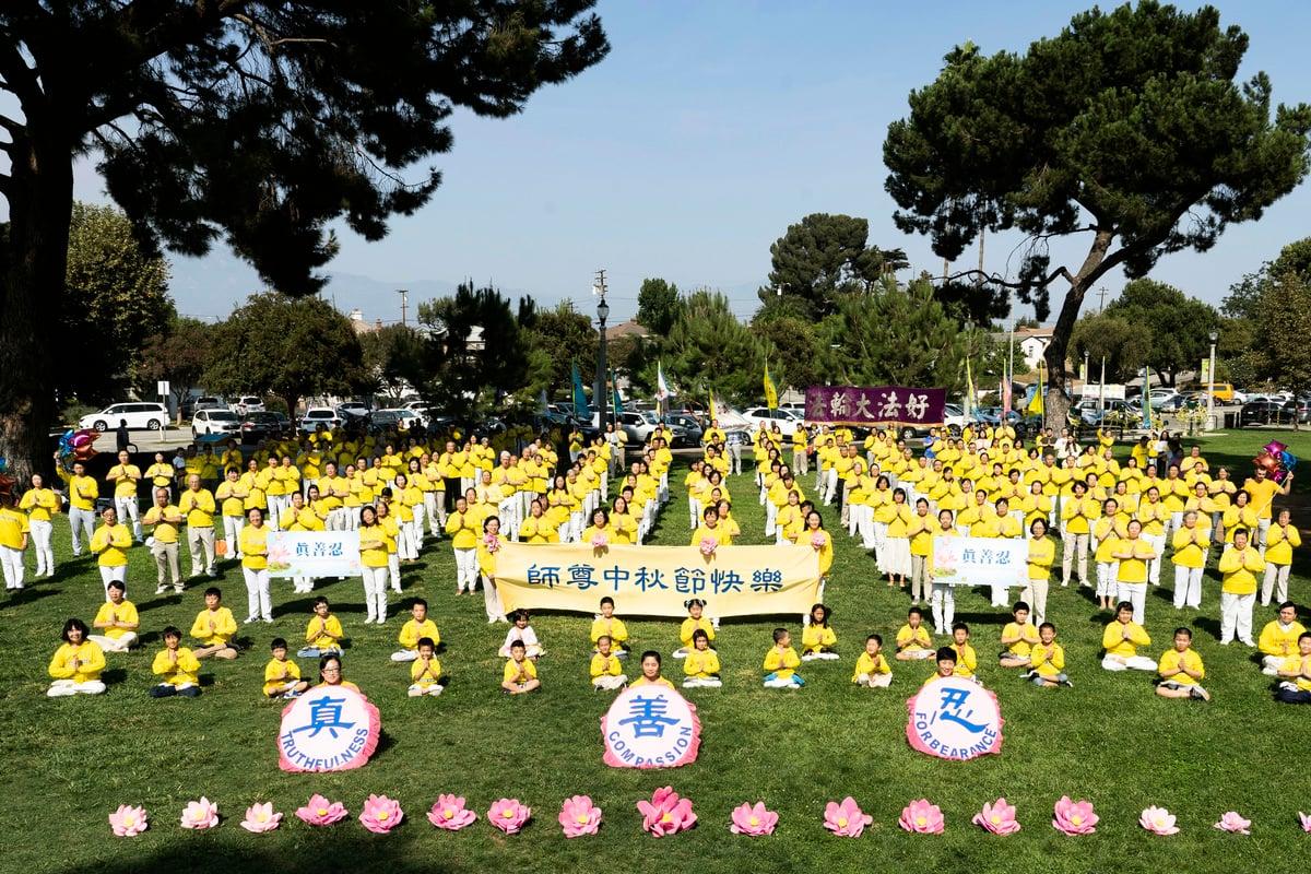 2020年9月27日(周日),洛杉磯部份法輪功學員,齊聚在華人區聖蓋博市(San Gabriel)的文森特盧果公園(Vincent Lugo Park),以崇高敬意恭祝法輪功創始人李洪志先生「中秋快樂」。(季媛/大紀元)