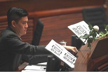 在國泰工作了近20年的香港議員譚文豪8月20日辭去了航空機師職務。圖為譚文豪。(Anthony WALLACE/AFP)