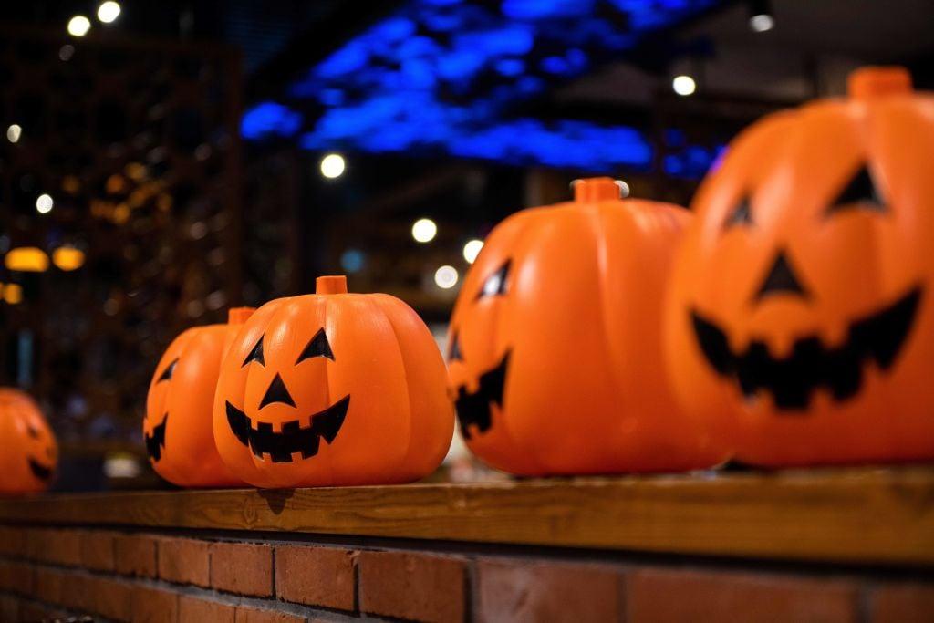 萬聖夜,又稱「萬鬼節」,在10月的最後一天,不列顛凱爾特人認為這一天是冬天的開始。西方社會的民眾會雕刻南瓜燈,戴上各種面具來驅趕惡鬼。(NICOLAS ASFOURI/AFP/Getty Images)