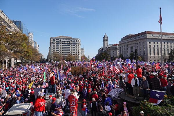 2020年11月14日中午,數萬民眾從美國各地來到首都華盛頓,參加支持特朗普總統的大遊行。(亦平/大紀元)