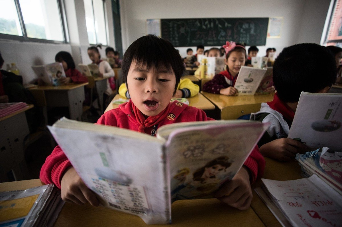 中共對幼兒園、中小學兒童洗腦。圖為湖南平江縣一所小學內的課堂。(JOHANNES EISELE/AFP/Getty Images)
