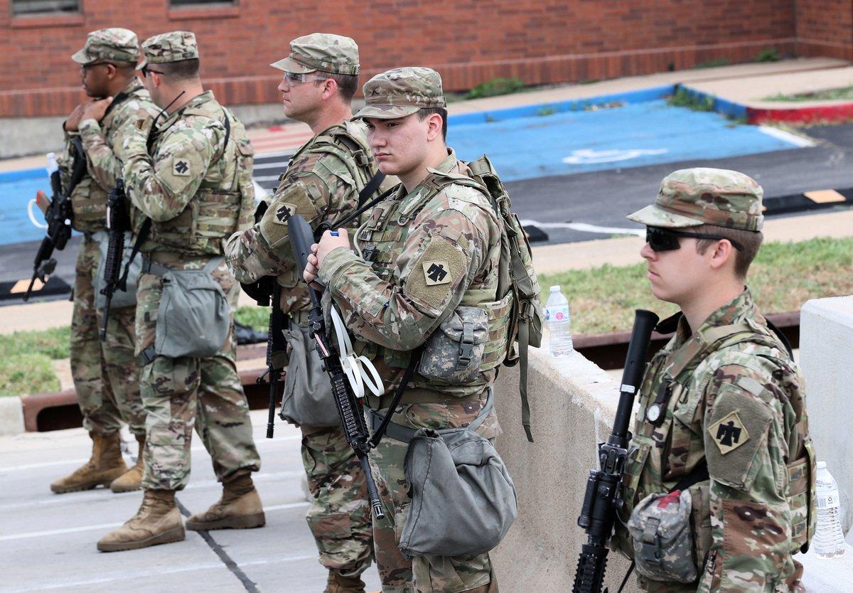 美國陸軍國民警衛隊近日宣佈,將現役的10個師擴編至18個師。圖為美國國民兵。(Win McNamee/Getty Images)