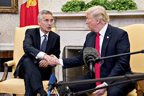 美國總統特朗普2018年5月17日在白宮接見北約秘書長斯托爾滕貝格。斯托爾滕貝格特別感謝特朗普的努力,使得成員國增加了近25多年來最大幅度的防禦開支 。(Andrew Harrer-Pool / Getty Images)