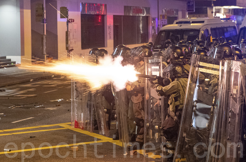 7.28遮打反警察暴力集會後,呼籲警方停止暴力,市民遊行到西環,近中聯辦附近與警察對恃,其後警察頻繁發射橡膠子彈及催淚彈清場。(余鋼/大紀元)