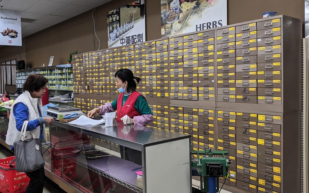 購買中藥材的南加民眾。(徐繡惠/大紀元)